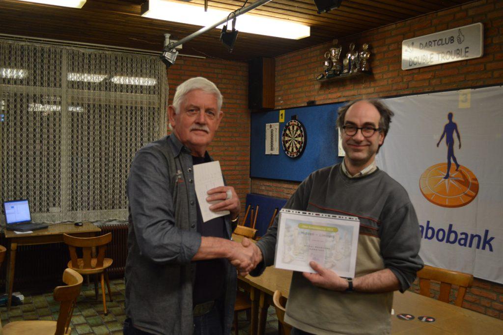 Arie Schakel feliciteert Arthur Hendrickx met het behaalde kampioenschap