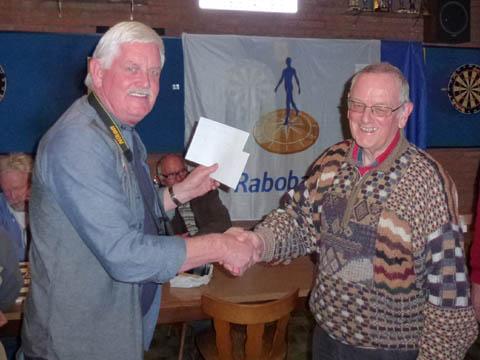 Arie Schakel feliciteert Peter Simonis met het behaalde kampioenschap